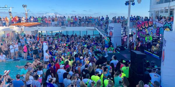 Live concert on the pool deck of the 2019 80's Cruise (Photo: Chris Gray Faust)