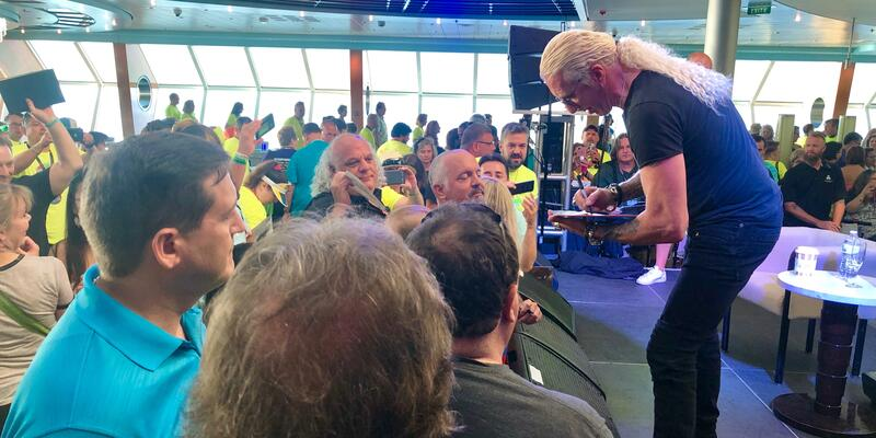Dee Snider Signing a Autograph (Photo: Chris Gray Faust)