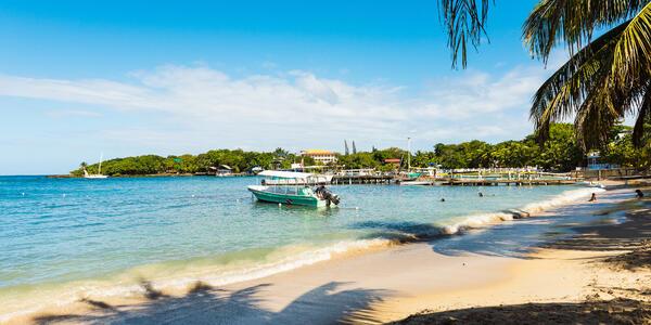 Roatan, Honduras (Photo: Angelina Pilarinos/Shutterstock)
