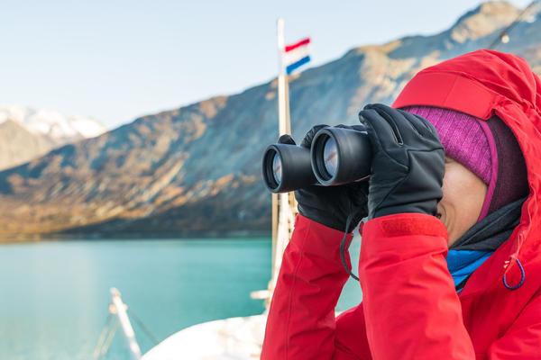 Cruise passenger using binoculars in Glacier Bay (Photo: Maridav/Shutterstock.com)