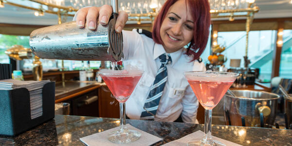 Server pouring drinks at the bar in the Panorama Lounge on ms Sapphire (Photo: Cruise Critic)