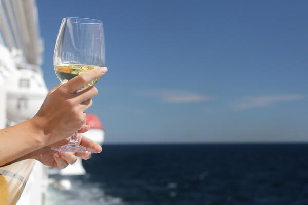 Passenger drinking Champagne on a cruise ship (Photo: Nazar Skladanyi/Shutterstock.com)