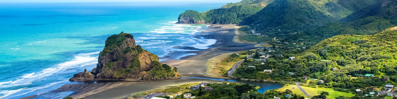 Piha Beach, West Coast in Auckland, New Zealand (Photo: gracethang2/Shutterstock)