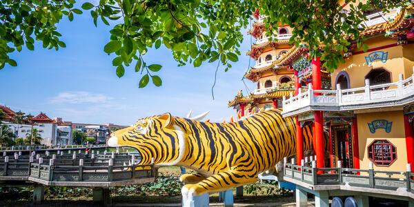Kaohsiung, Taiwan, Lotus Pond (Shutterstock)