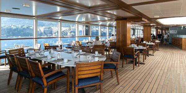 Waves Grill on Riviera (Photo: Cruise Critic)