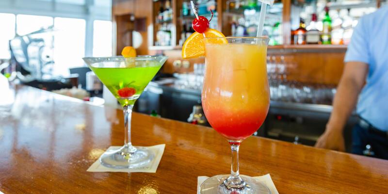 Pool Bar on Silver Wind (Photo: Cruise Critic)