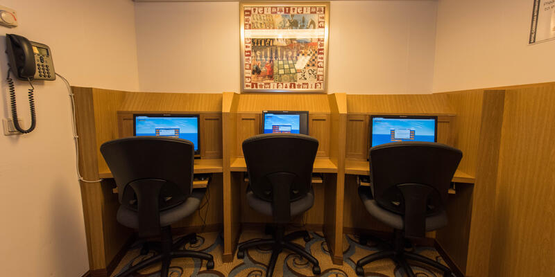 Internet Cafe on Oasis of the Seas (Photo: Cruise Critic)