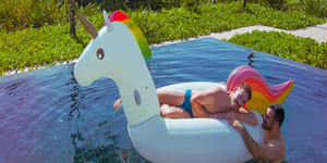 Couple Enjoying Themselves by Pool (Photo: VACAYA)