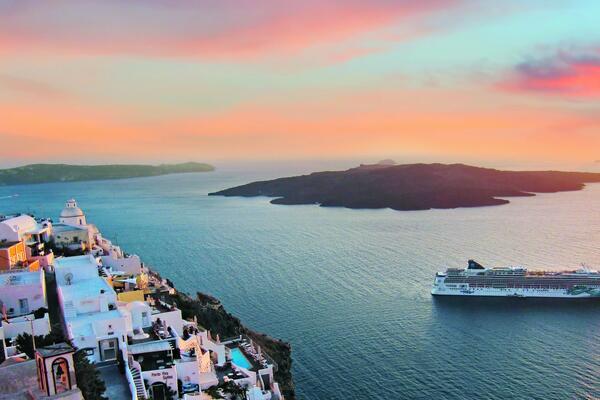 Image: Norwegian Jade in Santorini, Greece (Photo: Norwegian Cruise Line)