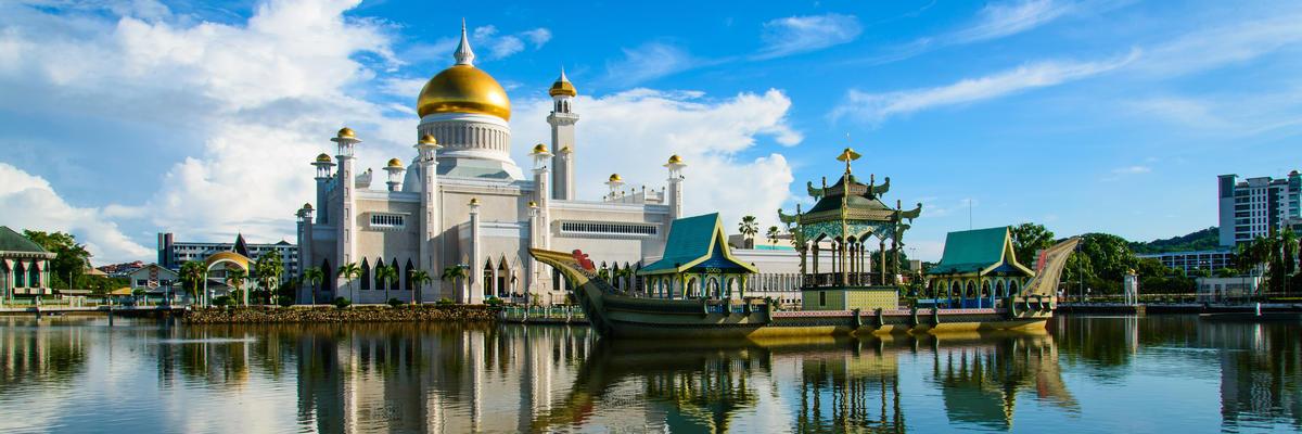View of Sultan Omar Ali Saifudding Mosque from the water (Photo: Yusei/Shutterstock.com)