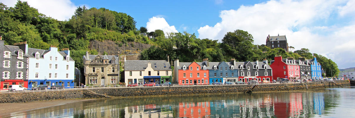 Colorful homes on the coast of Tobermory, capital of the Isle of Mull in the Scottish Inner Hebrides, Scotland, United Kingdom (Photo: reisegraf.ch/Shutterstock)