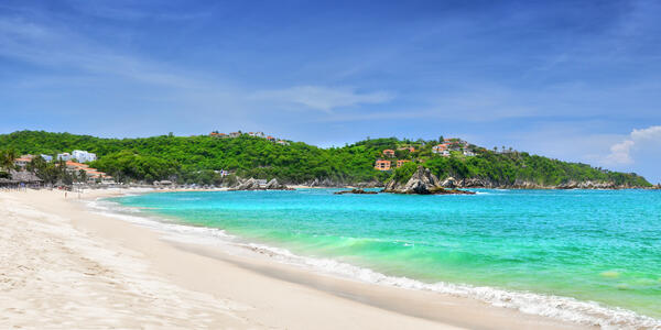 Beautiful Panoramic Views of the Pacific beach in Huatulco, Mexico (Photo: soft_light/Shutterstock)