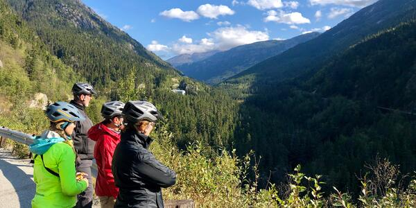 Friends overlooking a scenic view of Skagway's Alaskan bike tour (Photo: Chris Gray Faust/Cruise Critic)