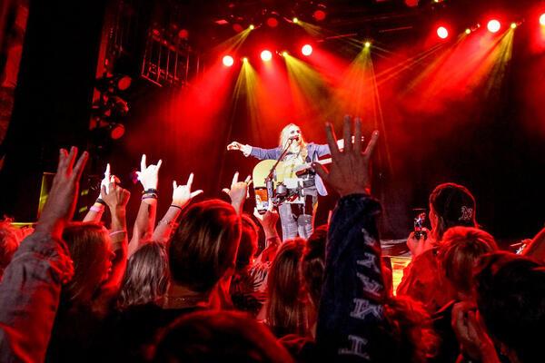 Melissa Etheridge Performing Live (Photo: Troy Walsh/Sixthman)