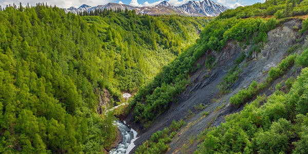 A scenic view of Hurricane Gulch between Anchorage and Denali National Park in Alaska (Photo: Andrew F. Kazmierski/Shutterstock)