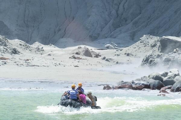 Tour operators rescue people from White Island, NZ (Photo: Michael Schade)
