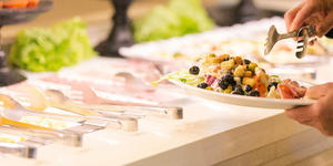 Carnival Breeze's Salad Bar in Lido Marketplace (Photo: Carnival)