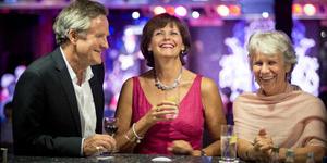 Friends Enjoying Drinks in the Neptune Lounge (Photo: Fred Olsen)
