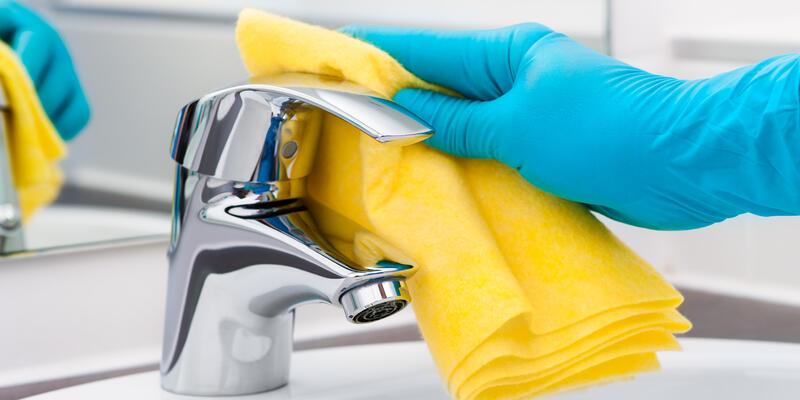 Wipe down bathroom surfaces (Photo: Alexander Raths/Shutterstock.com)