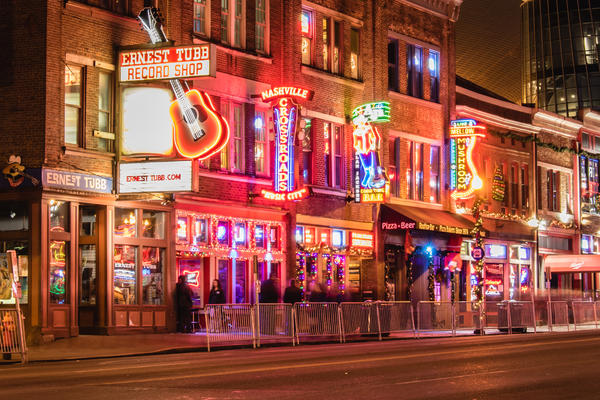 Bars and venues line Broadway in downtown Nashville, Tennessee (Photo: Scott Heaney / Shutterstock)