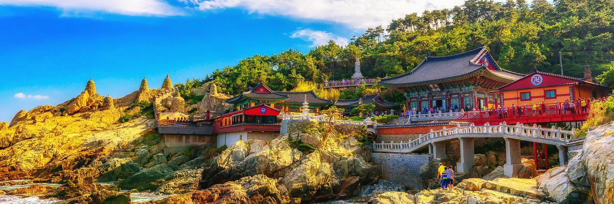 Haedong Yonggungsa Temple and Haeundae Sea in Busan, South Korea (Photo: Daengpanya Atakorn/Shutterstock)